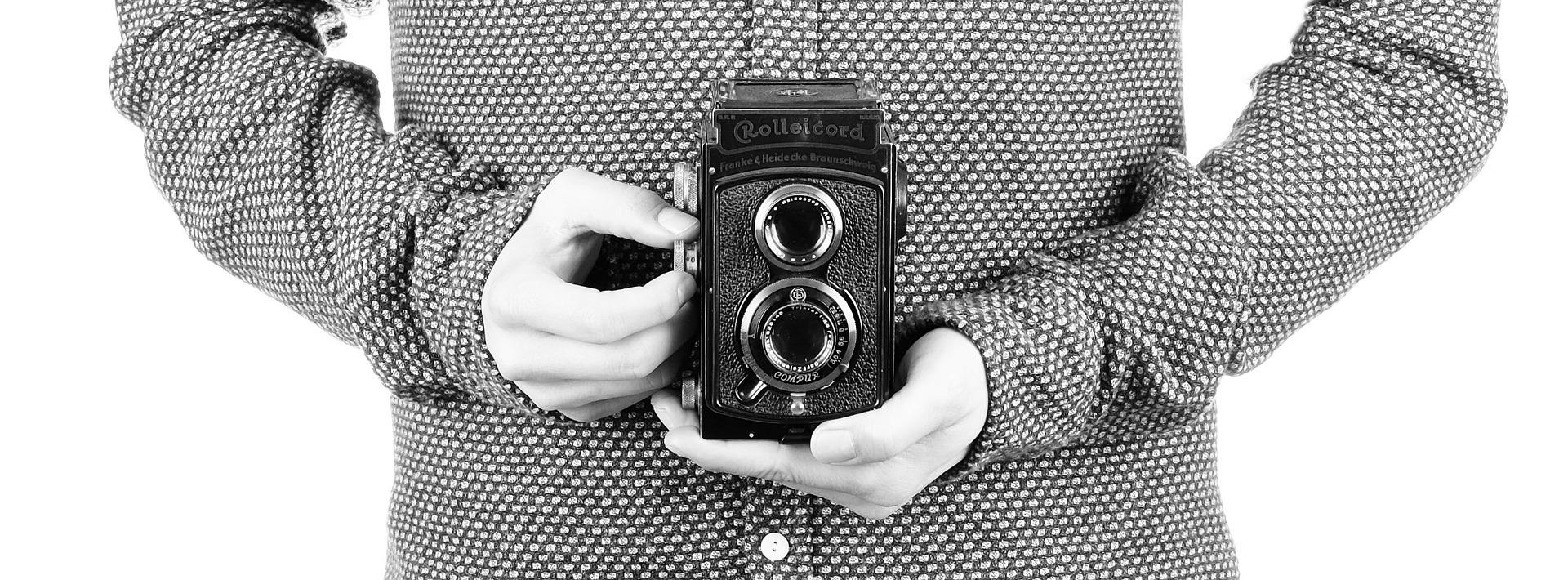 Foto Person haelt alte Filmkamera