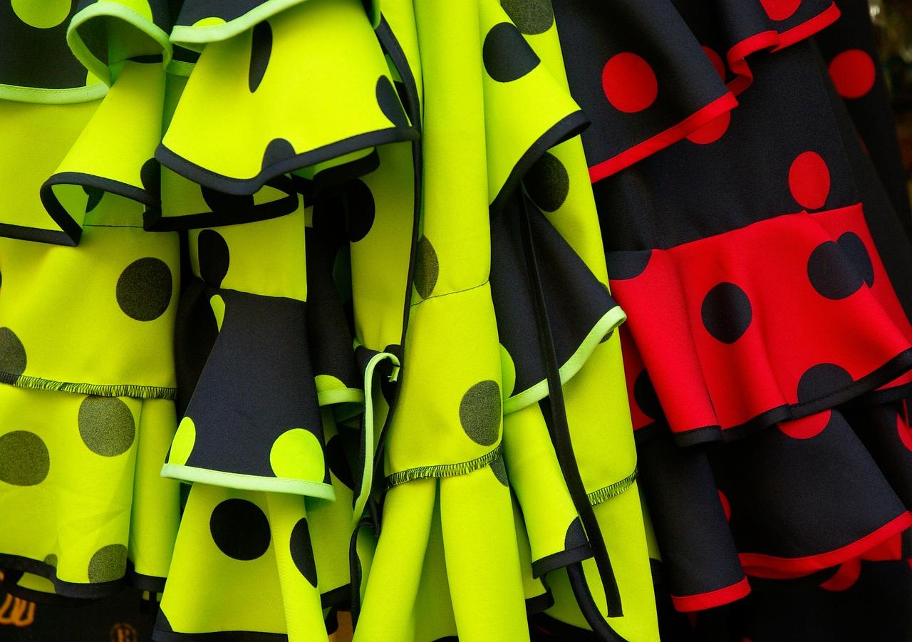 Foto Nahaufnahme bunte Flamencoroecke gelb rot
